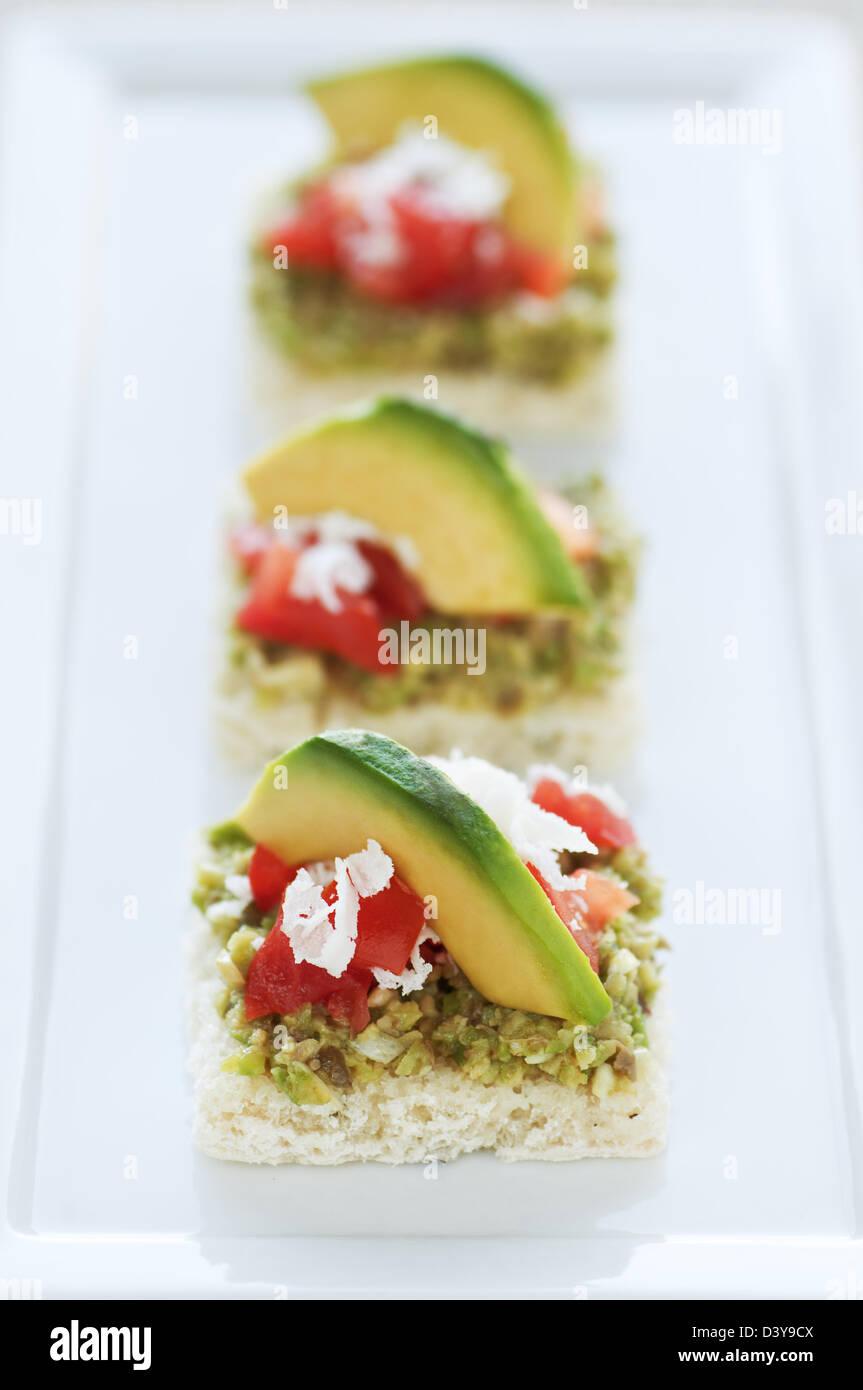 Petits apéritifs avec tapenade d'olive verte Photo Stock