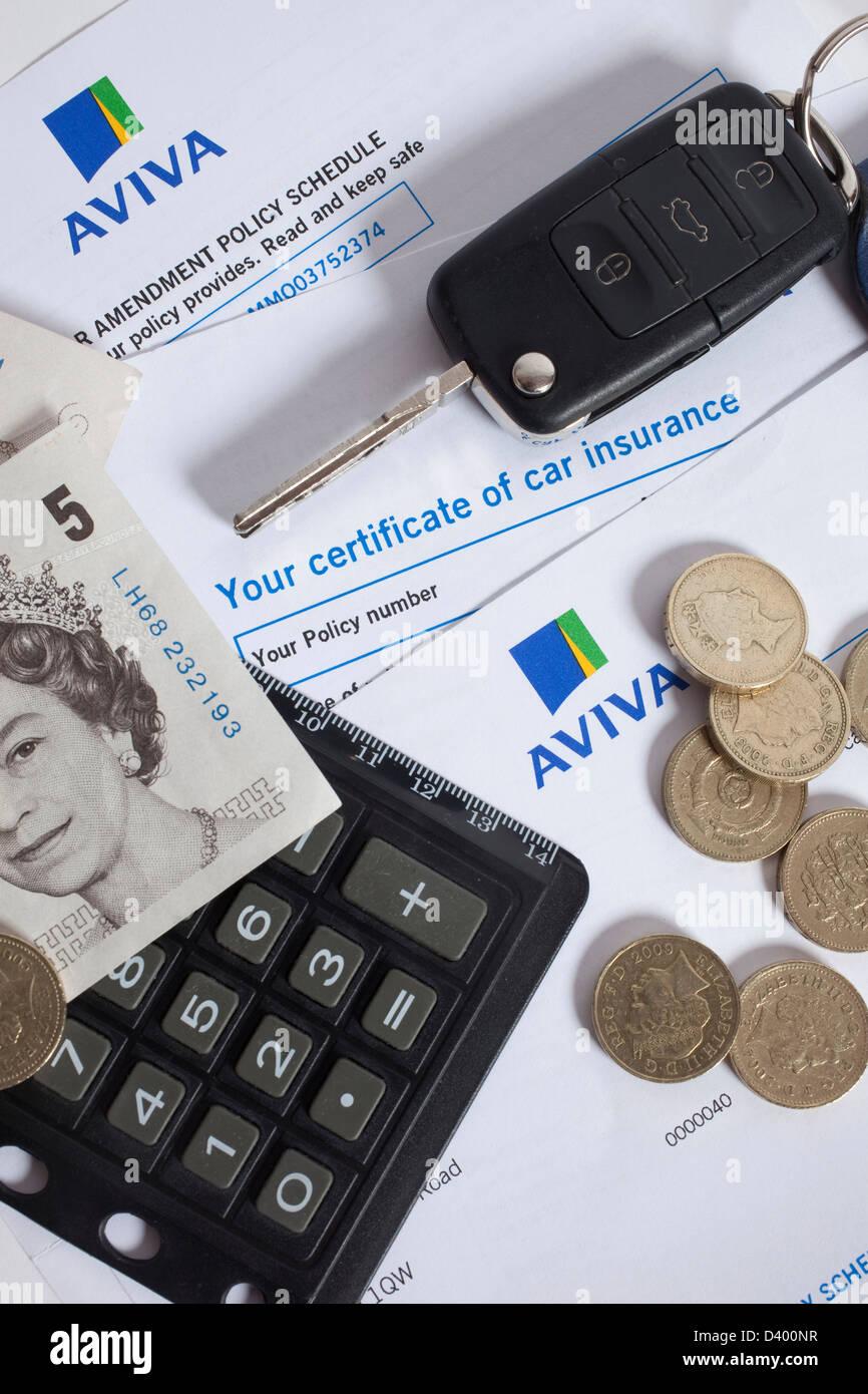 Certificat d'assurance automobile aux côtés d'argent, clés et calculatrice Photo Stock