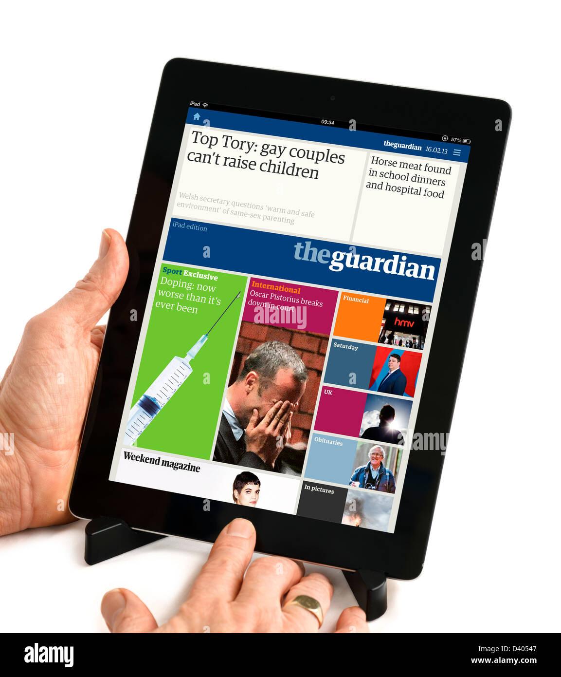 Le journal The Guardian app sur un iPad 4e génération, UK Photo Stock