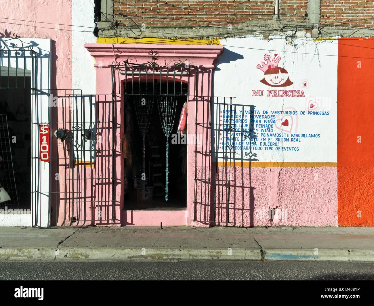 Façade rose coloré street avant de petit magasin de vêtements pour petites filles avec de grandes Photo Stock