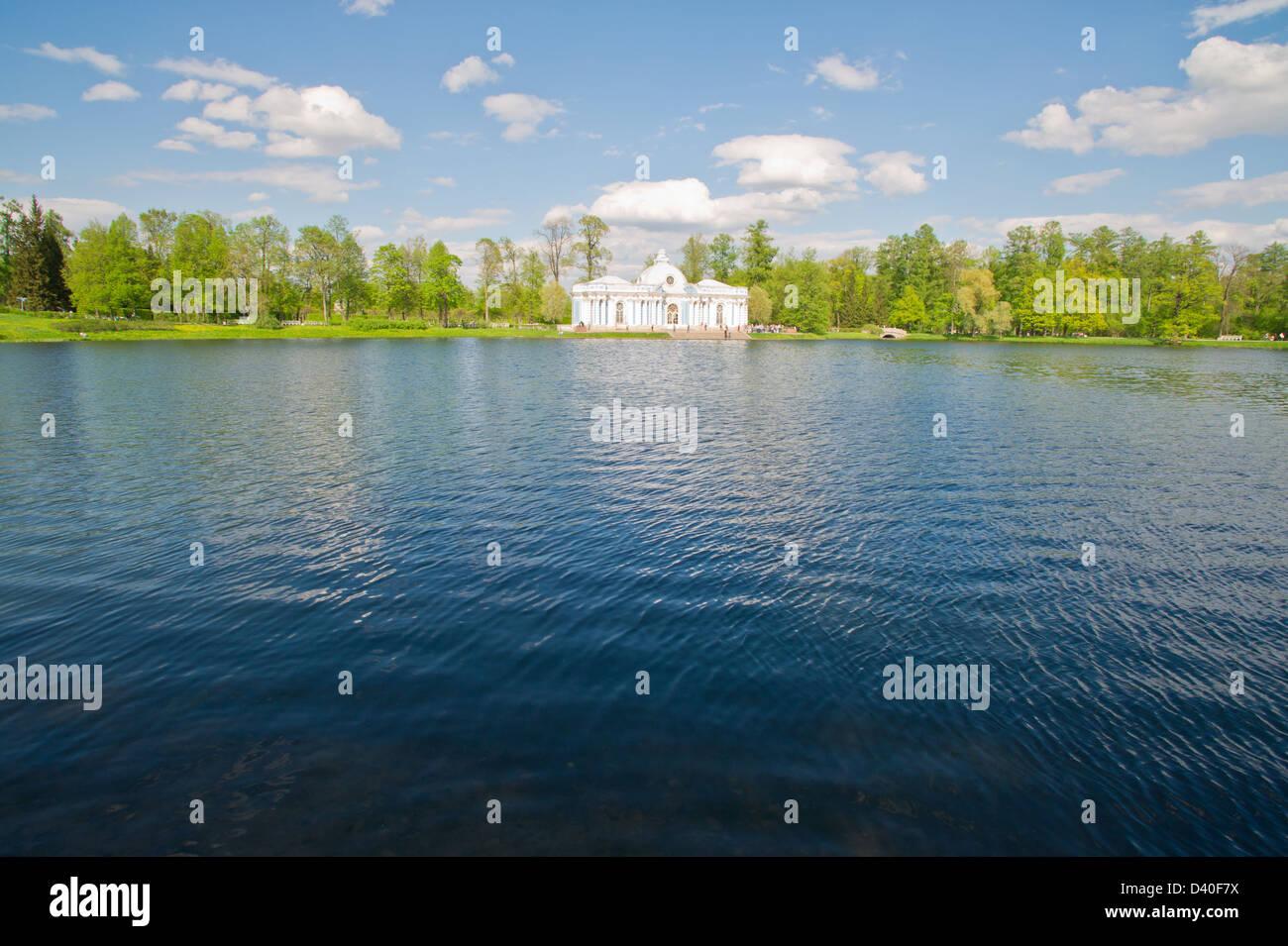 Belle grande maison ancienne sur le lac Photo Stock