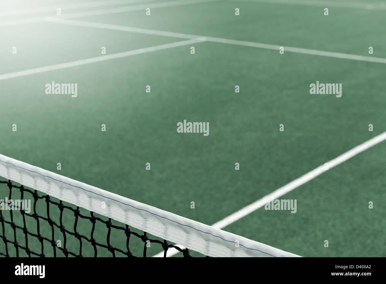 Vue d'un court de tennis avec le net au premier plan Banque D'Images
