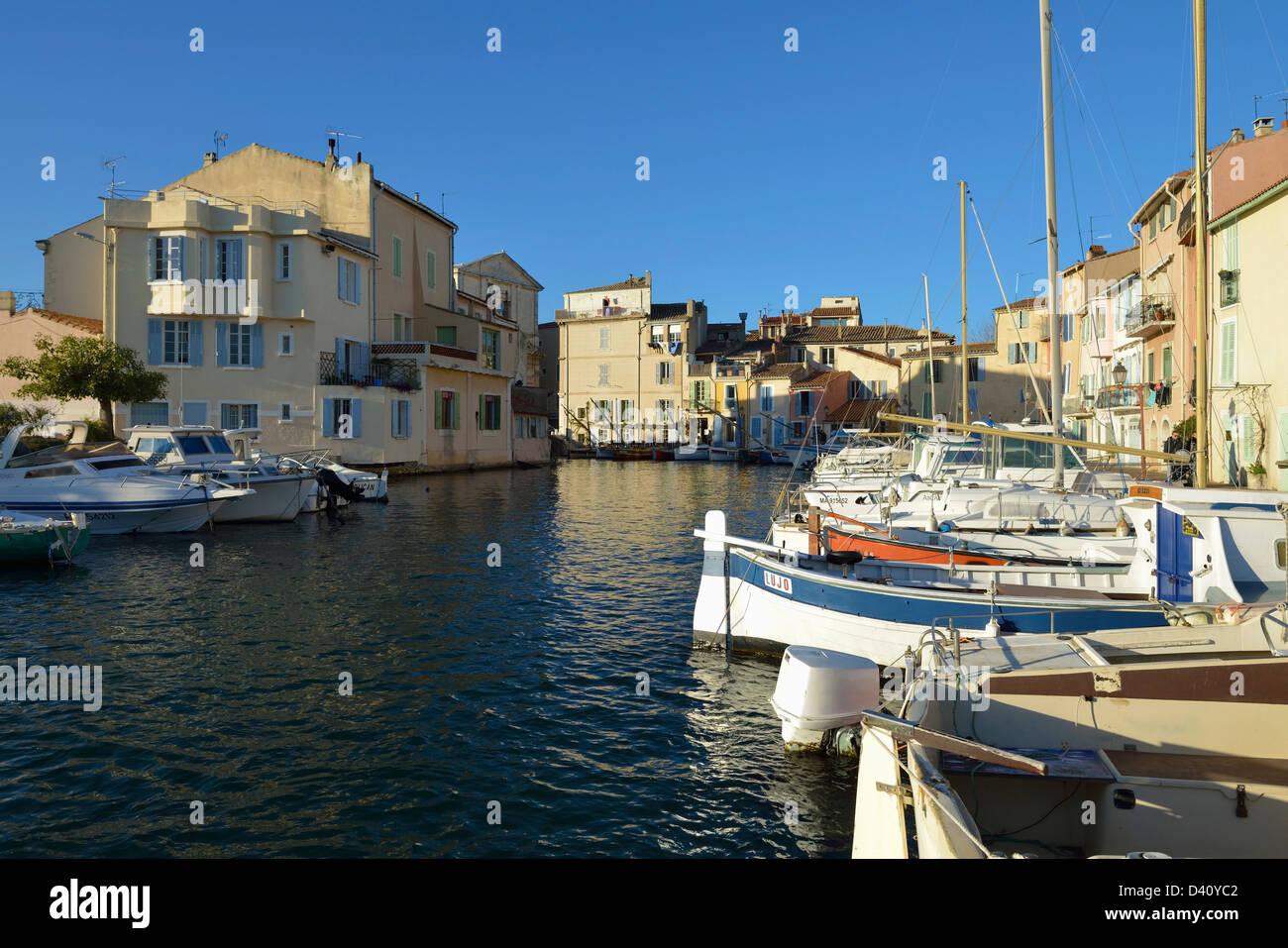Le quai Brescon, Miroir aux oiseaux, dans le vieux centre de l'île partie de Martigues, Provence, France Photo Stock