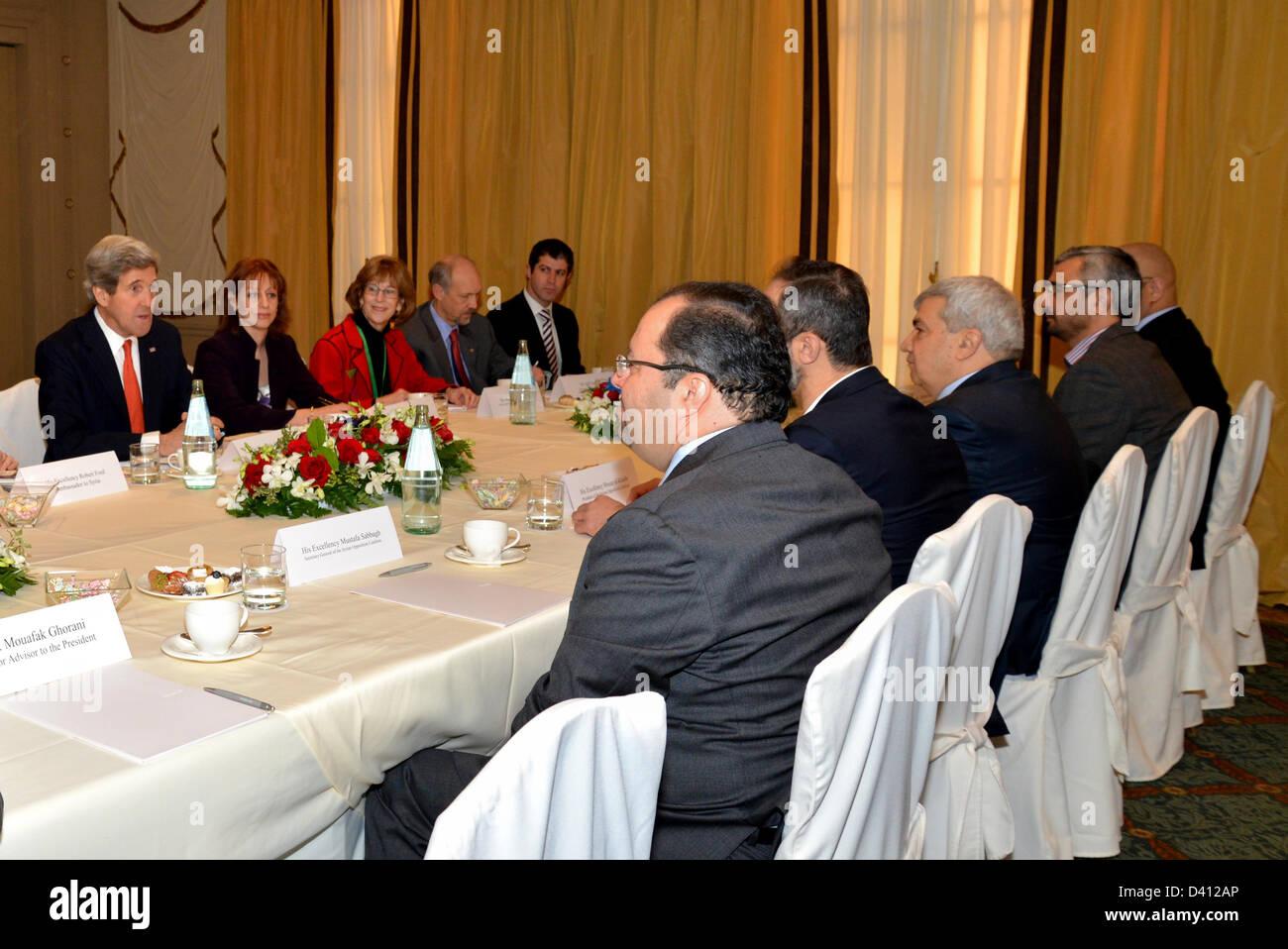Le secrétaire d'Etat américain John Kerry se réunit avec les dirigeants de l'opposition syrienne. Photo Stock