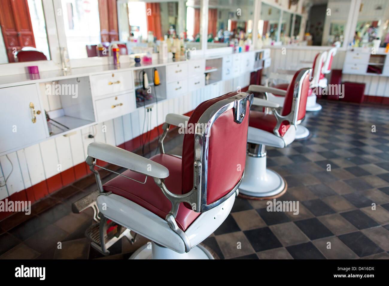Chaises barbiers vide ou dans un salon de coiffure dans la région