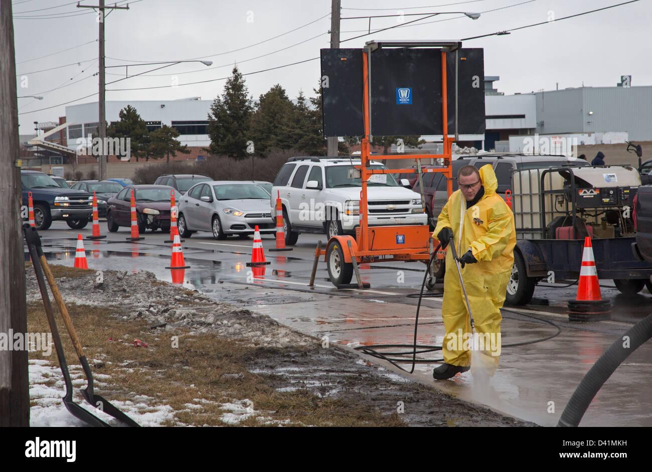 Warren, Michigan - Travailleurs nettoyer un déversement de matières dangereuses sur l'épaule Photo Stock