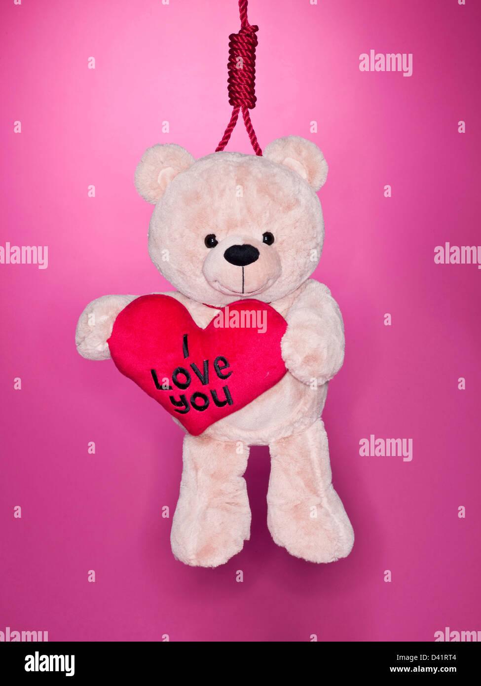 Ours holding love heart avec noeud coulant autour du cou Photo Stock