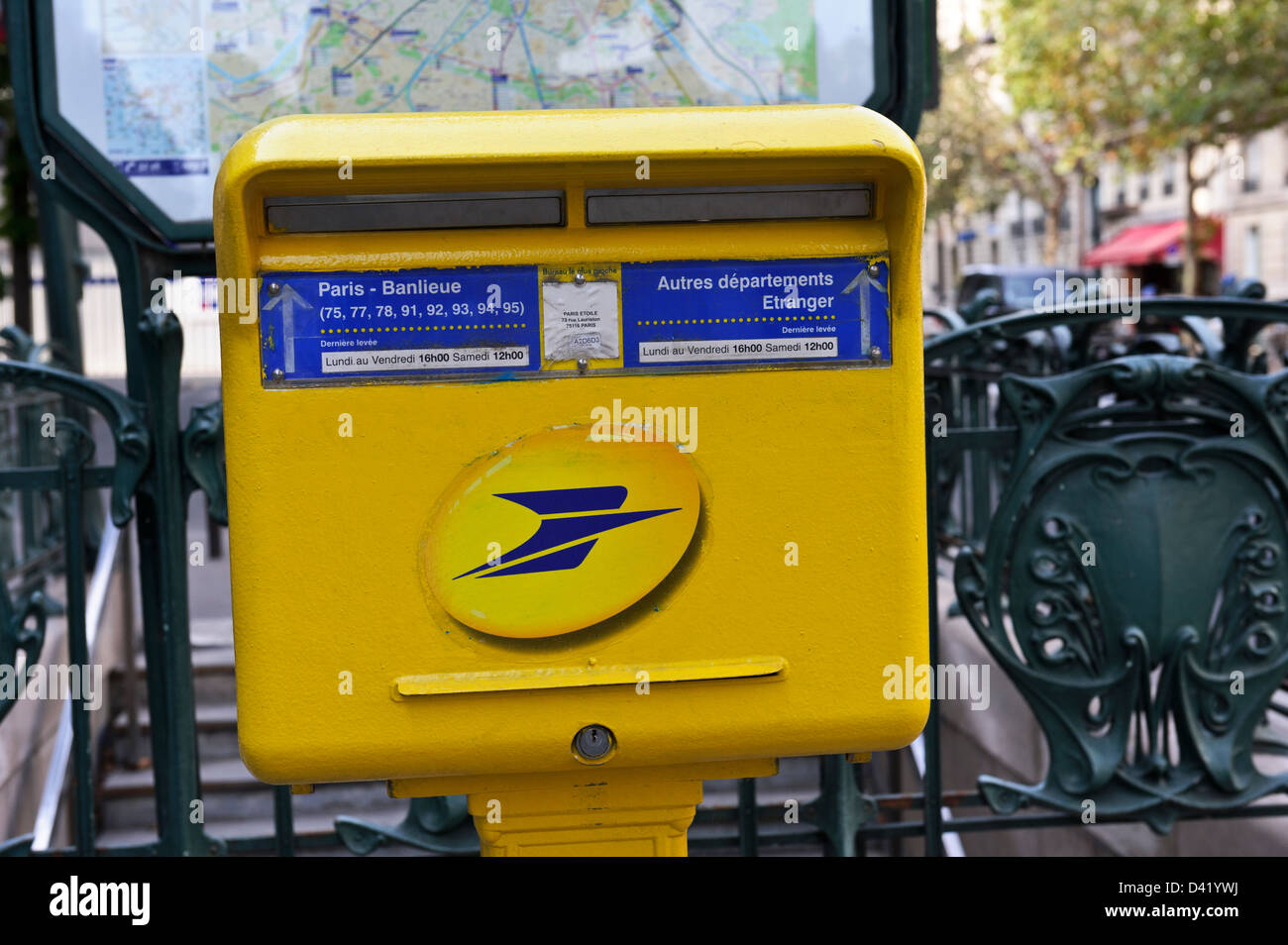 Boite Aux Lettres Jaune A Paris France Banque D Images Photo Stock