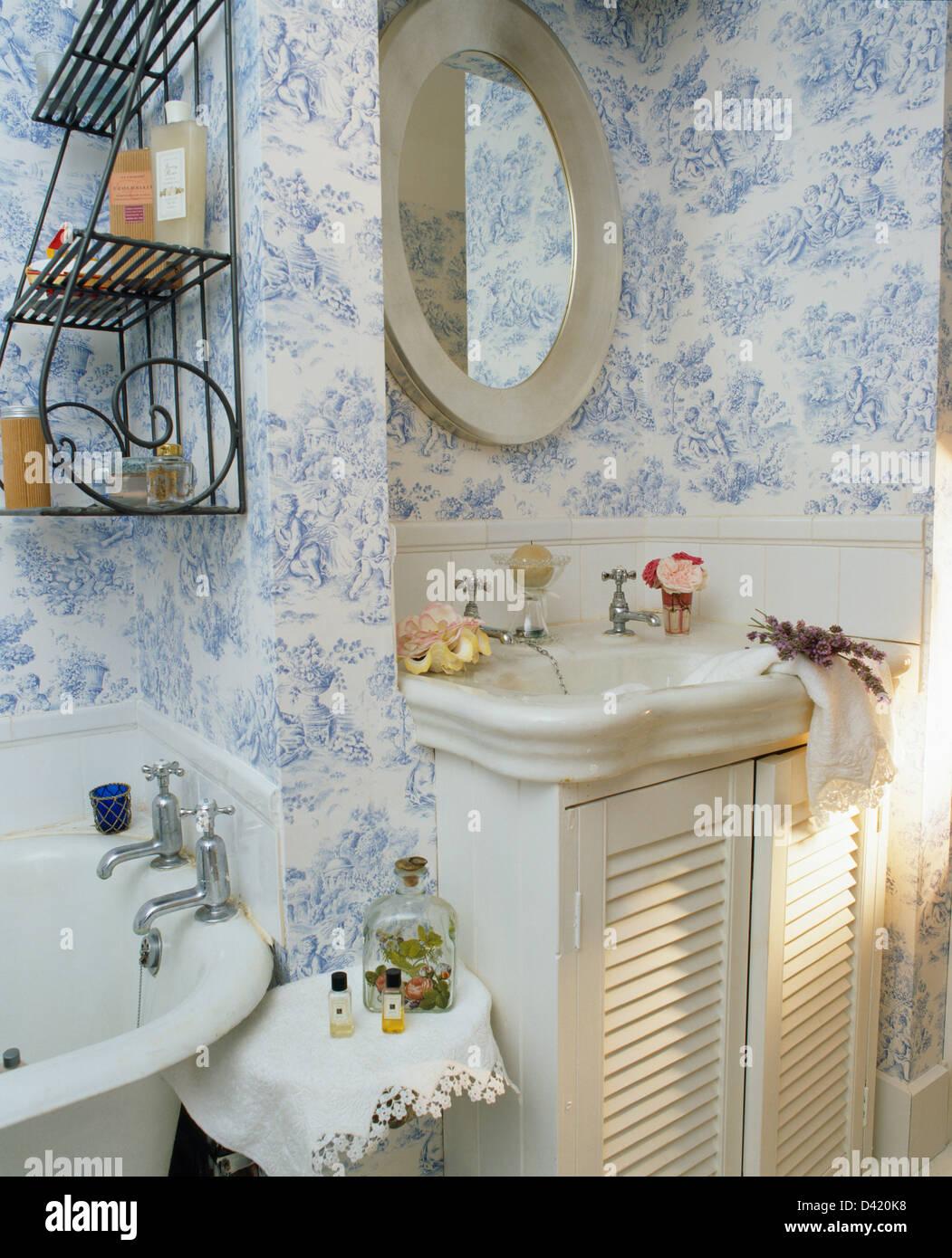 Vintage lavabo coiffeuse avec portes à persiennes en cottage avec ...