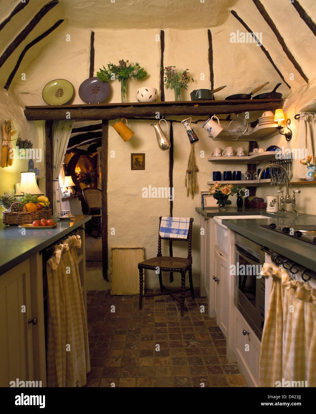 Quarry carrelage dans petite maison cuisine avec plafond en pente et ...