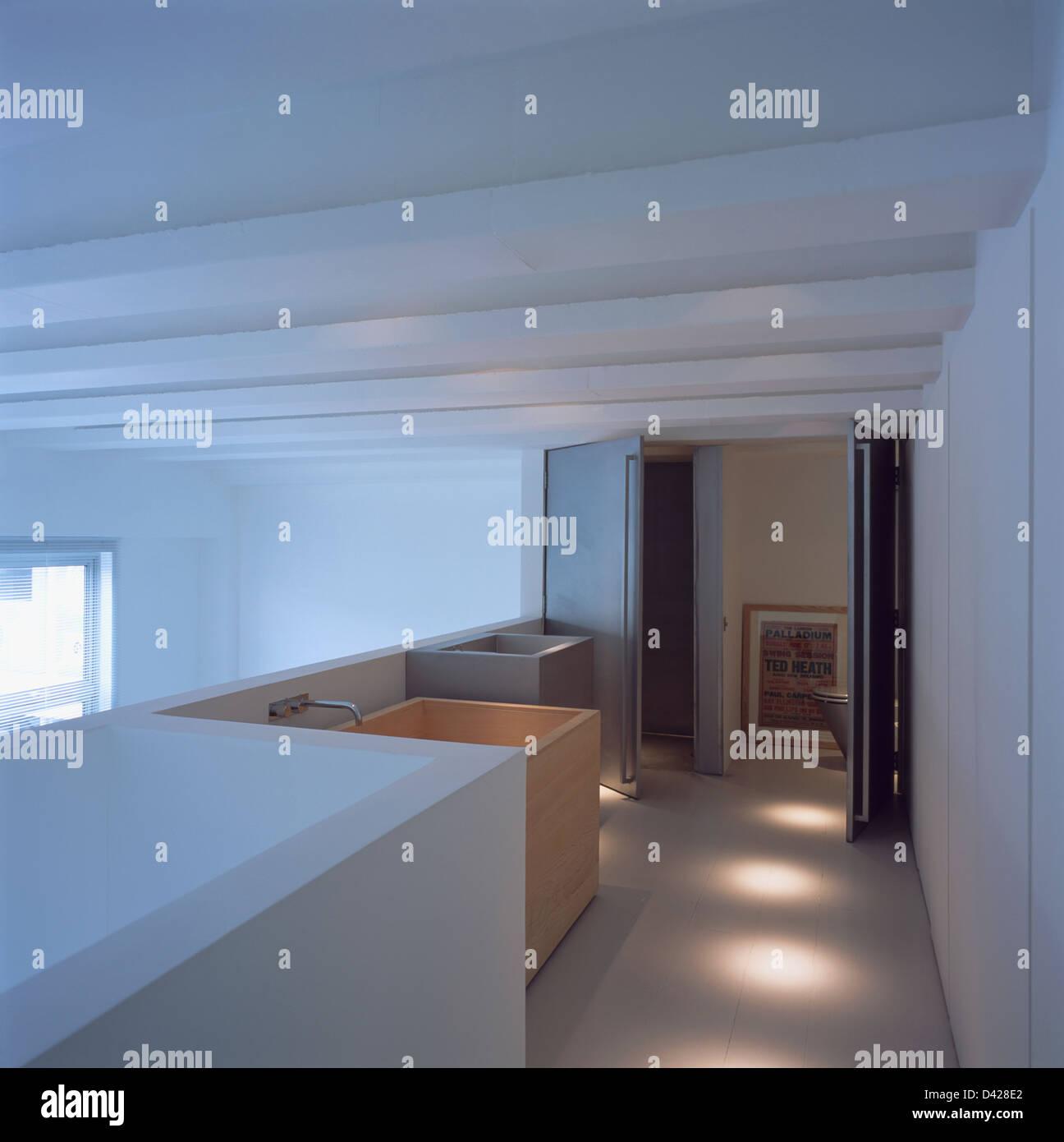 Poutres De Plafond Blanc En Conversion Loft Moderne Salle De Bains