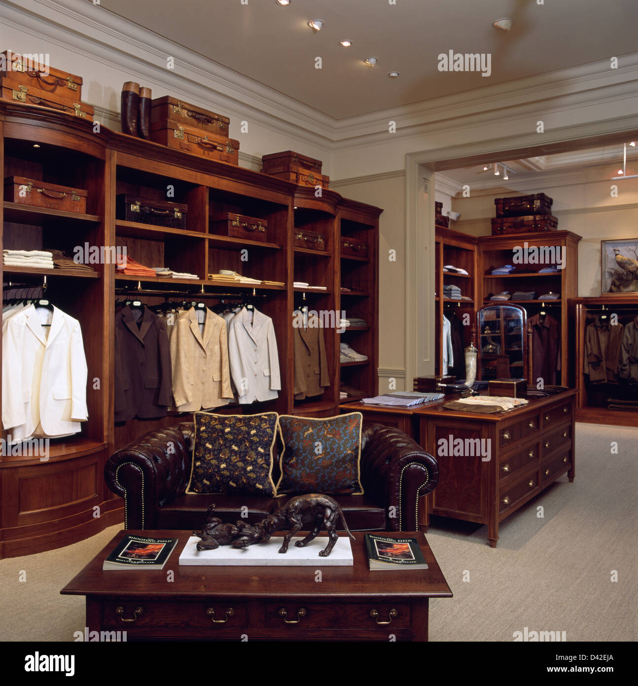 intrieur de luxe gentlemans outfitters londres avec canap chesterfield en cuir brun