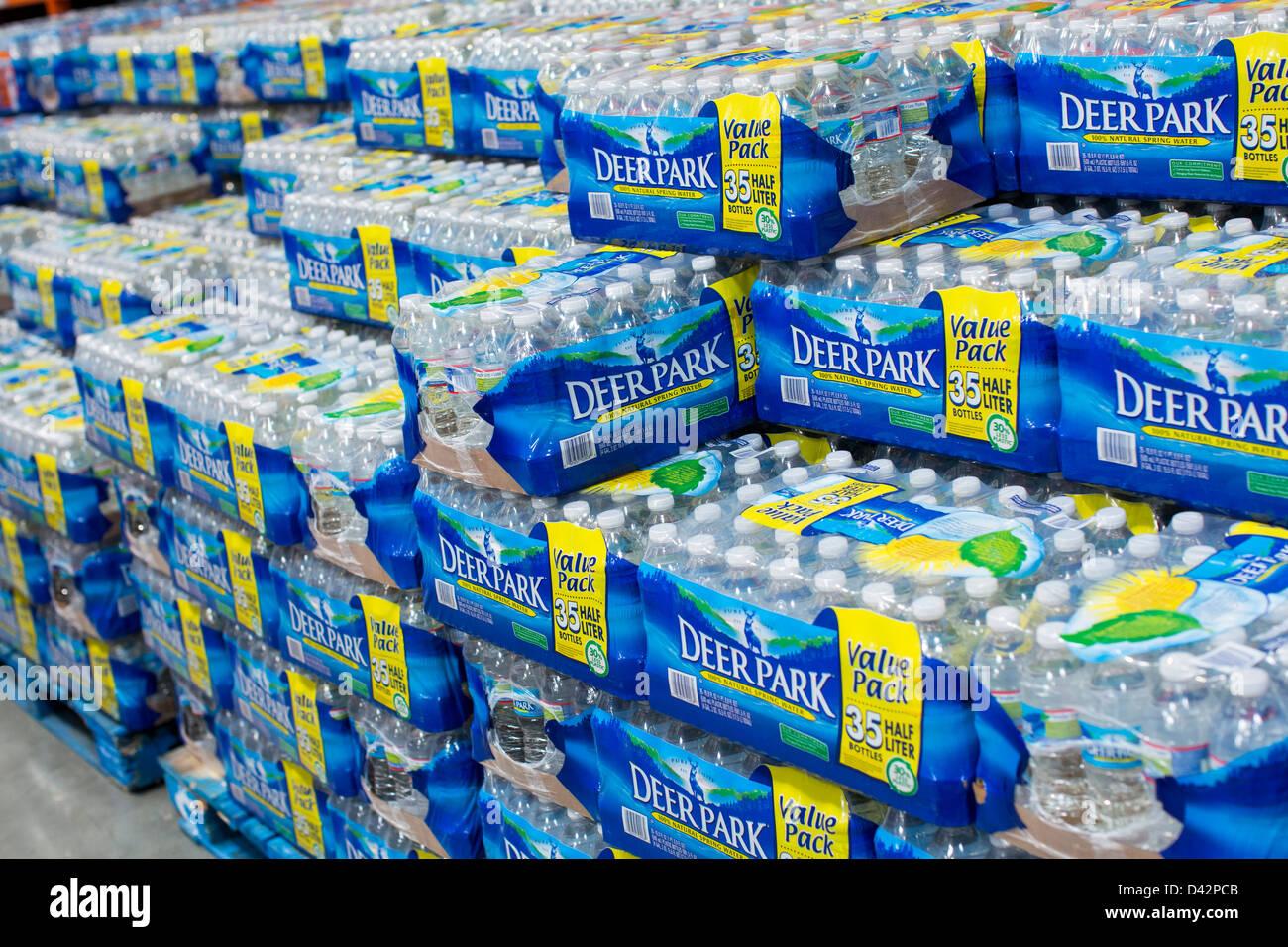 Deer Park de l'eau en bouteille sur l'affichage à un entrepôt Costco Wholesale Club. Photo Stock