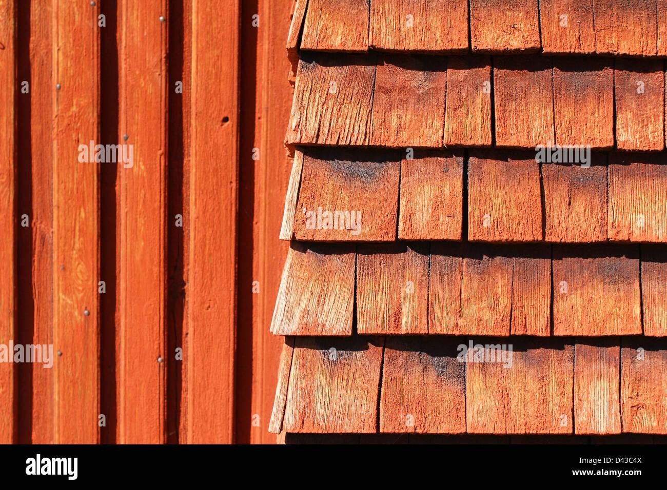 Texture bois naturel rouge - peint en rouge avec fond en bois naturel motif vertical et horizontal. Photo Stock