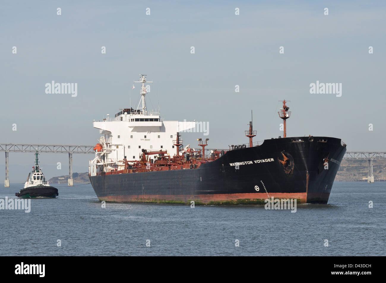 Un grand pétrolier quitte san francisco sous le pont de Richmond-San Rafael. Banque D'Images