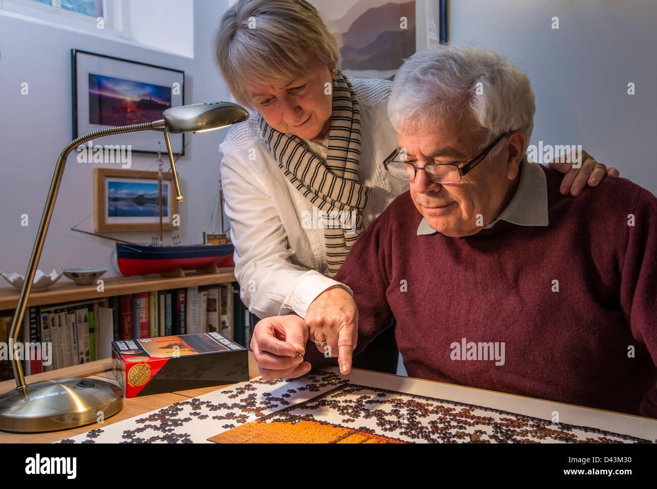 Savons, couple de retraités, mari et femme, avec Jigsaw Photo Stock