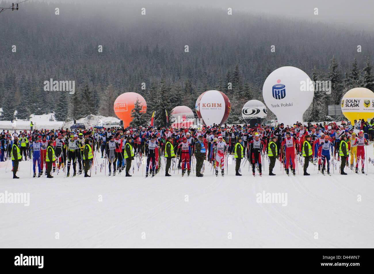 Les participants de la free-style vous attendent pour le début de l'Bieg Piastow cross-country, Jakuszyce, Pologne. Banque D'Images