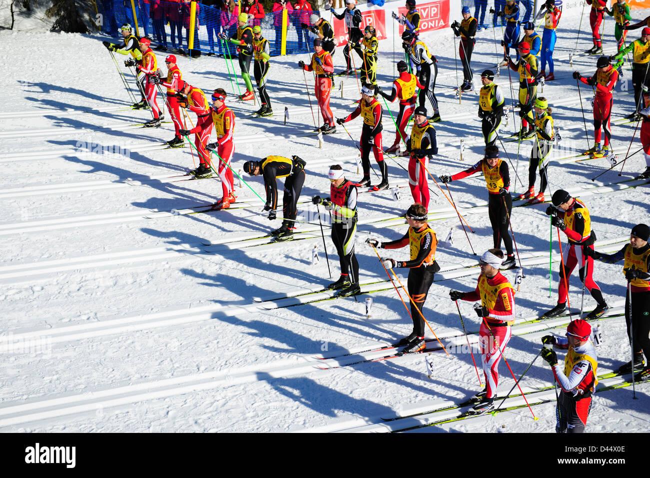 Une vue de la première ligne des participants de l'Bieg Piastow cross-country, Jakuszyce, Pologne. Banque D'Images