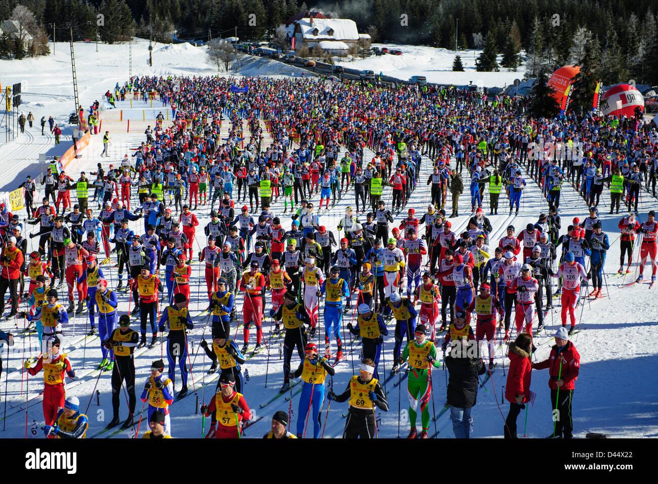 Une vue générale des participants de l'Bieg Piastow cross-country, Jakuszyce, Pologne. Banque D'Images