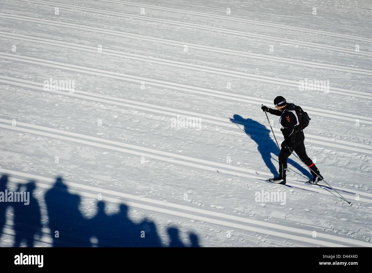 Un concurrent vu à la piste de course du Bieg Piastow cross-country, Jakuszyce, Pologne. Banque D'Images