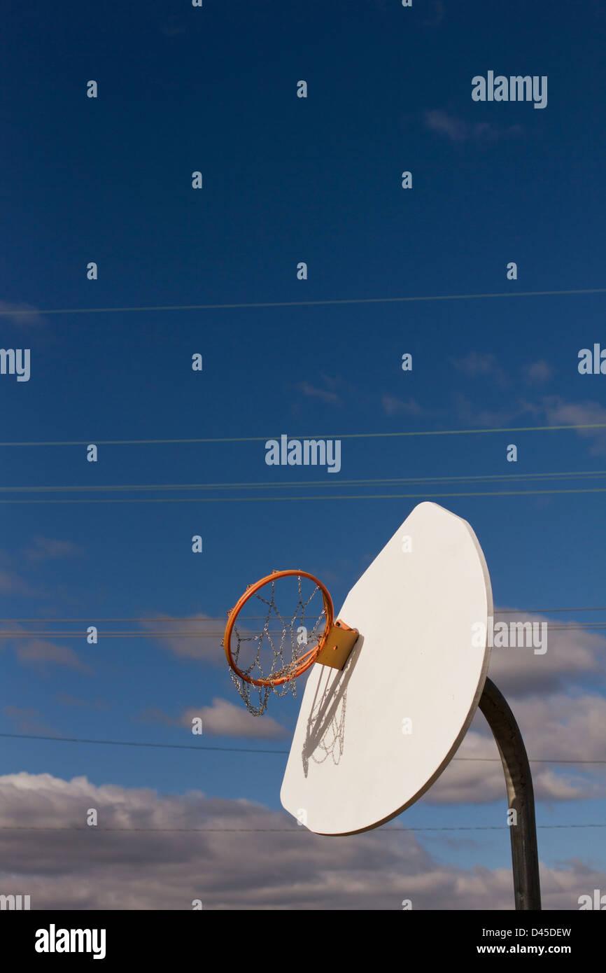 Un panier de basket-ball et plaqué à été tordue à l'envers du contre les vents de l'Ouragan Photo Stock