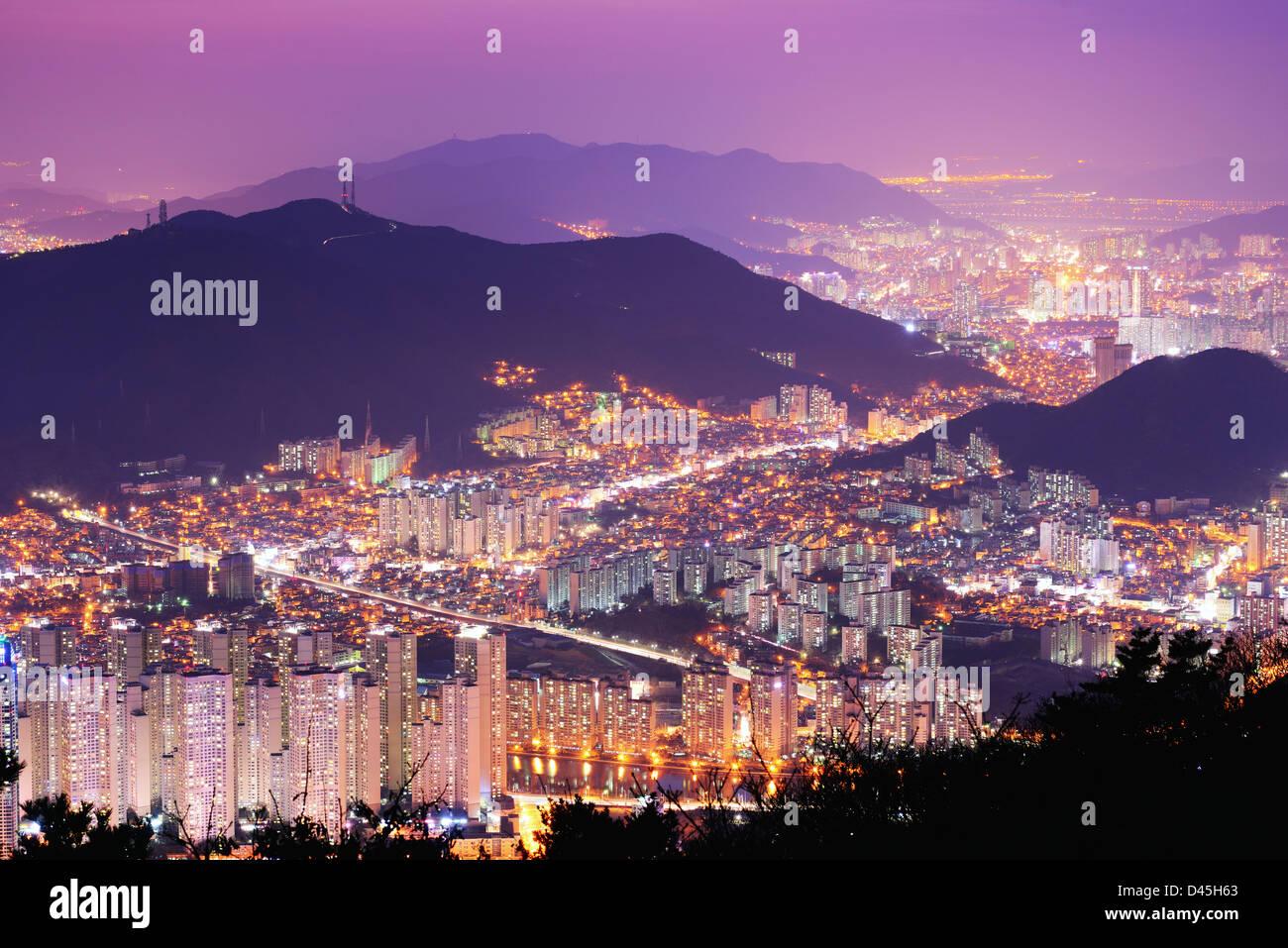 Toits de Busan, Corée du Sud dans la nuit. Photo Stock