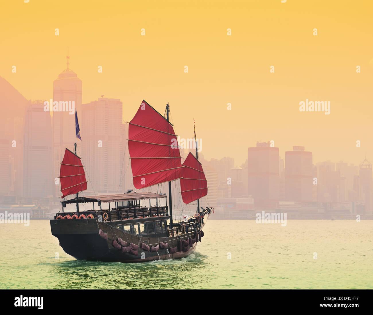 Une jonque traditionnelle de la voile dans le port de Victoria à Hong Kong. Banque D'Images