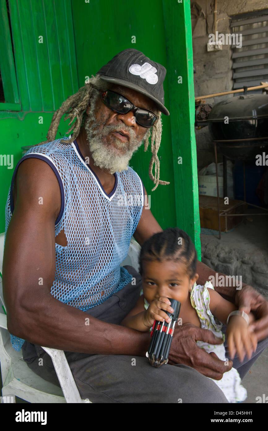 Murphy, le propriétaire de Rootsman's Bar avec sa petite-fille, Carr's Bay, Montserrat Photo Stock