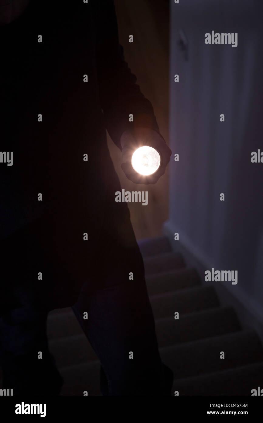 Homme Mystérieux intrus tenant un flambeau ou flash light Photo Stock