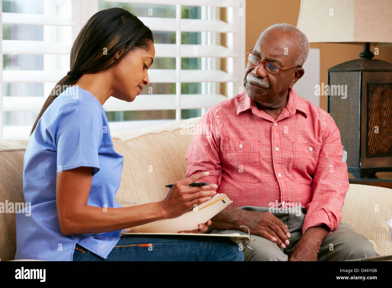 Discuter avec de hauts dossiers infirmière patient de sexe féminin