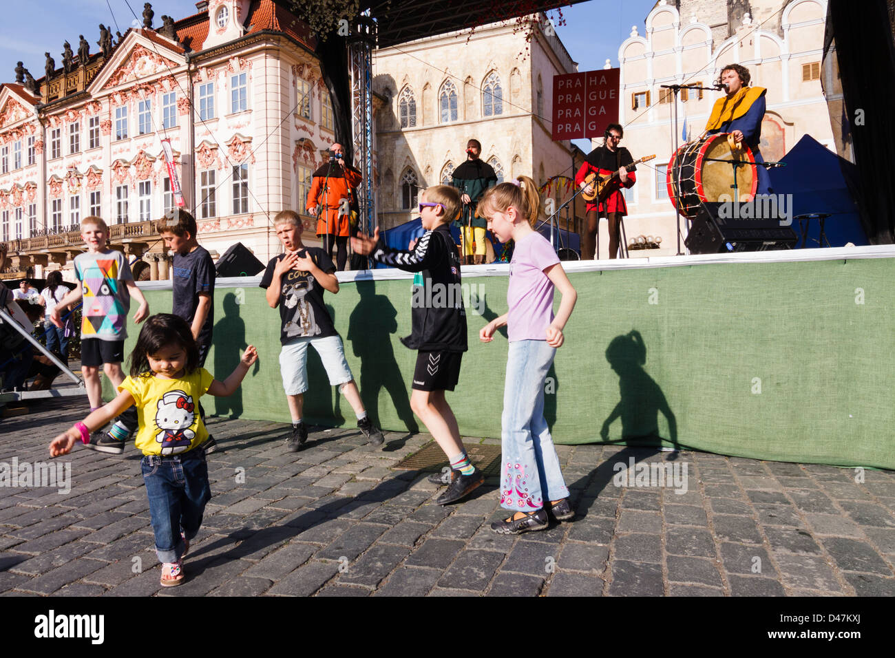 Drôle de danse enfants par le Marché de Pâques étape où la musique médiévale Photo Stock