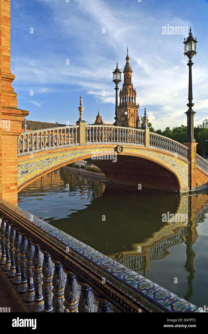 Tour et Pont sur canal, Plaza de España, Séville, Espagne Photo Stock