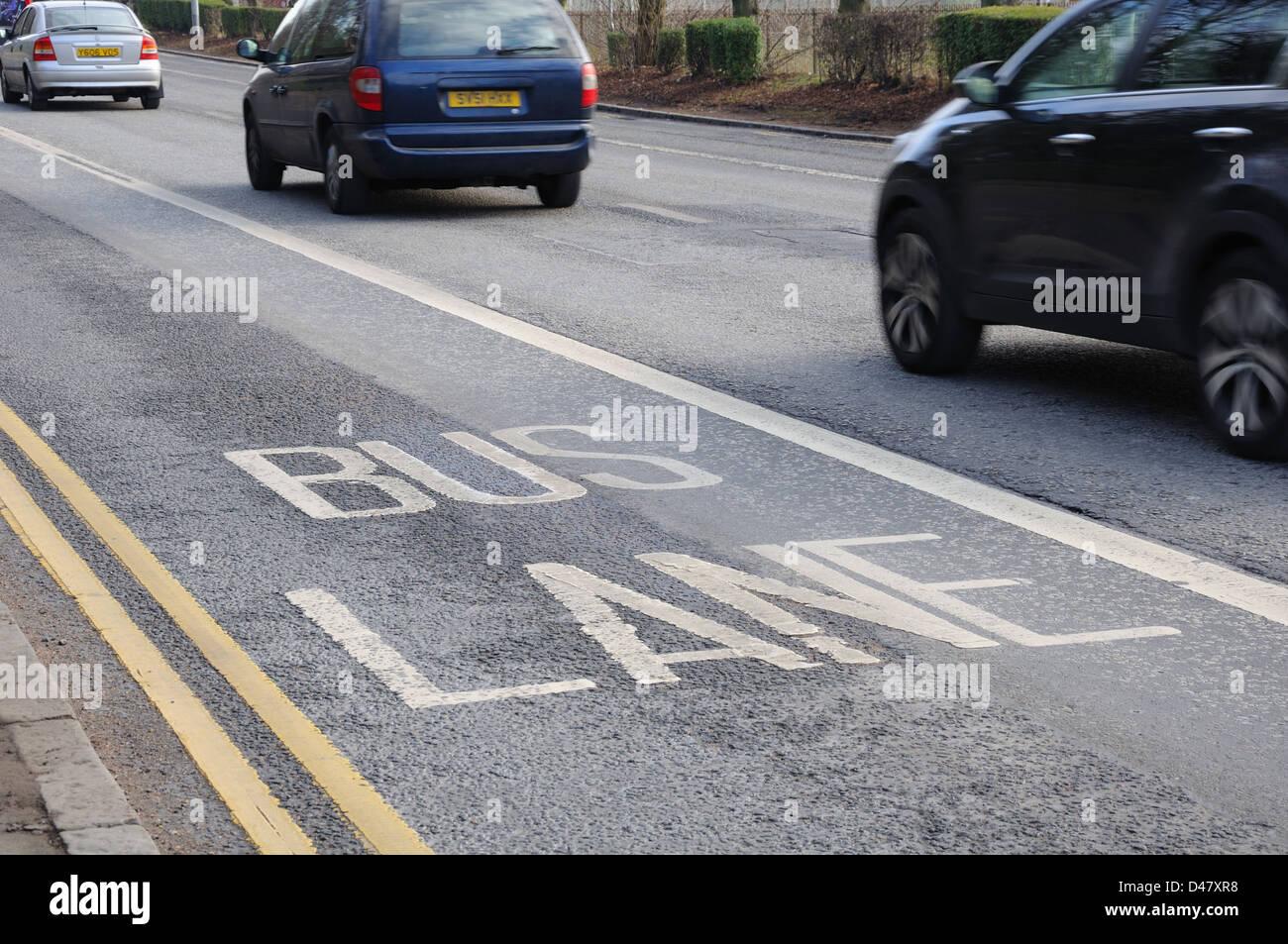 Le marquage routier pour le bus lane à Glasgow, Écosse, Royaume-Uni, Europe Photo Stock