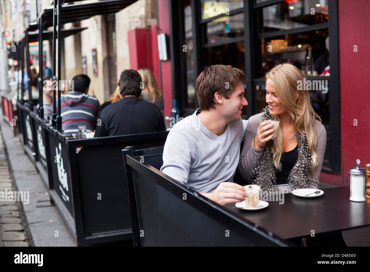 Young couple relaxing in cafe. Fitzroy, Melbourne, Victoria, Australie Photo Stock
