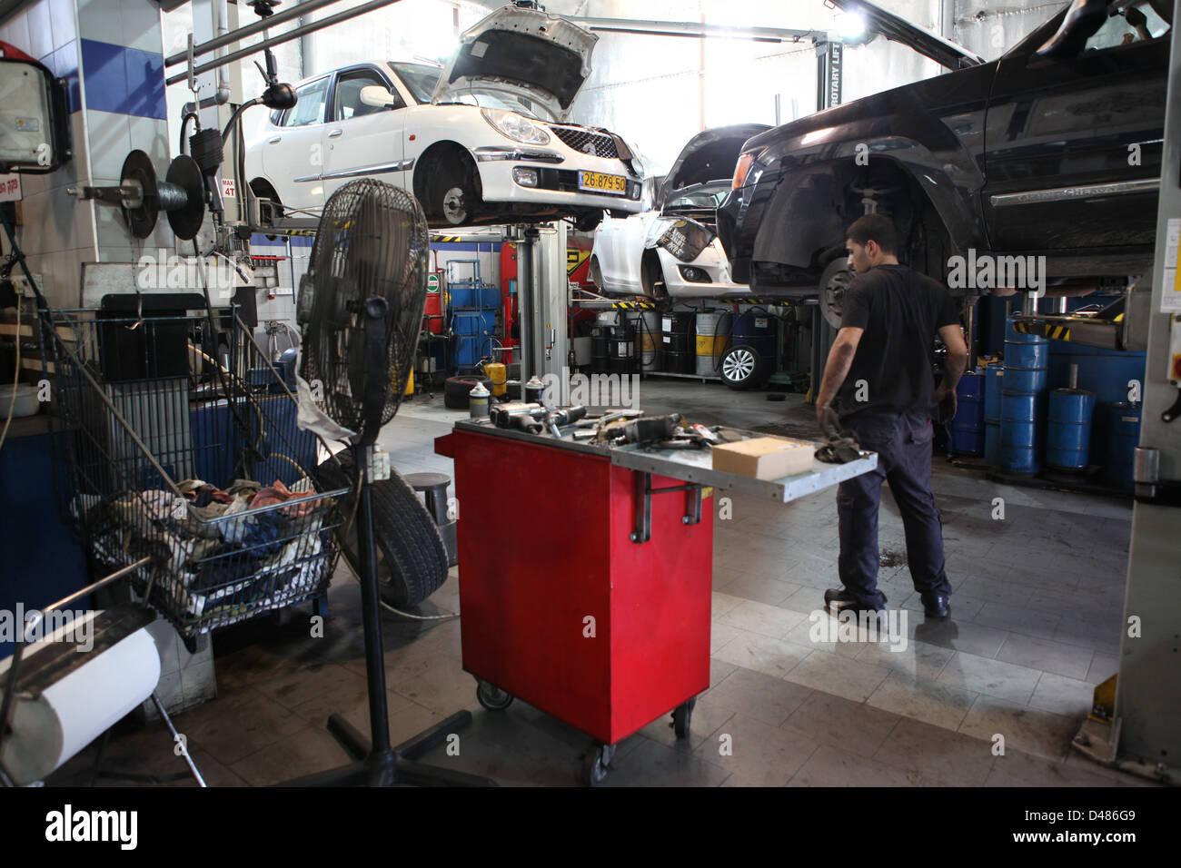 En cours d'entretien de voiture à un atelier de réparation Photo Stock