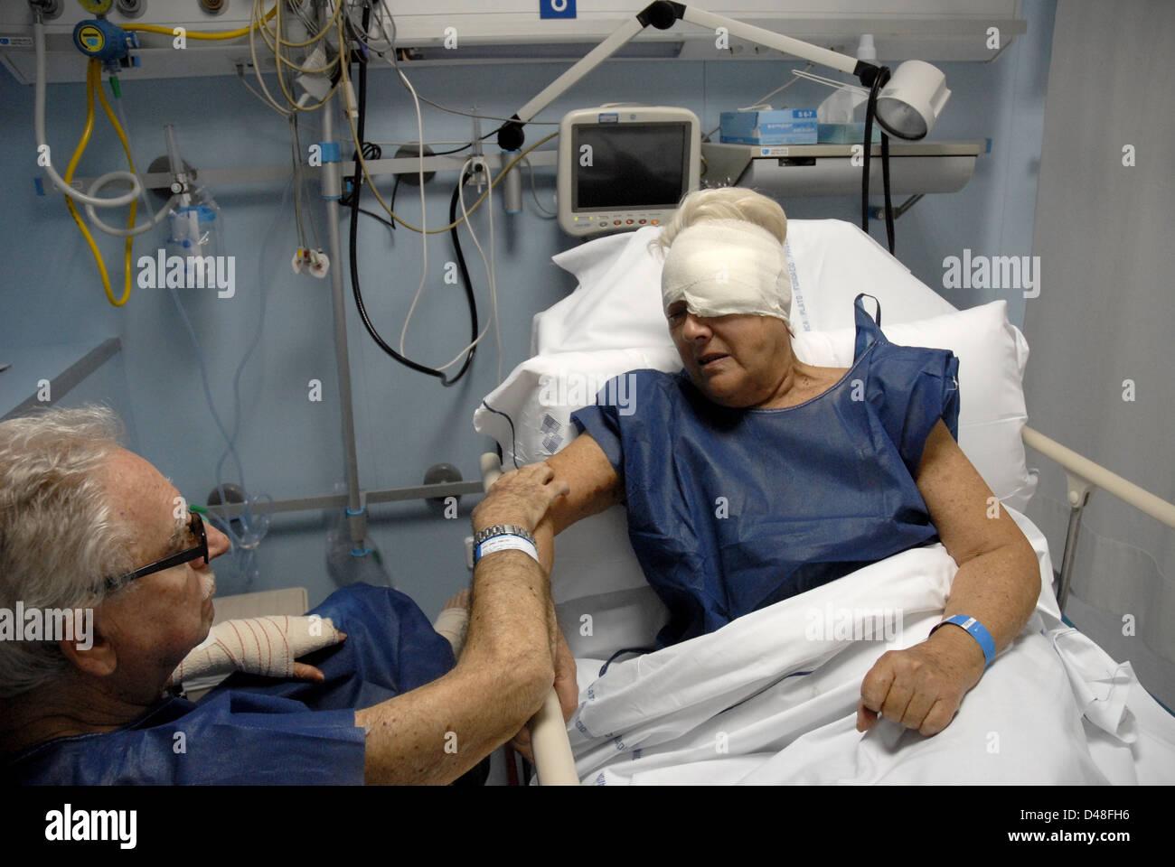 Couple homme et femme dans le lit dans l'hôpital de blessures d'accidents, blessés, blessé, Photo Stock