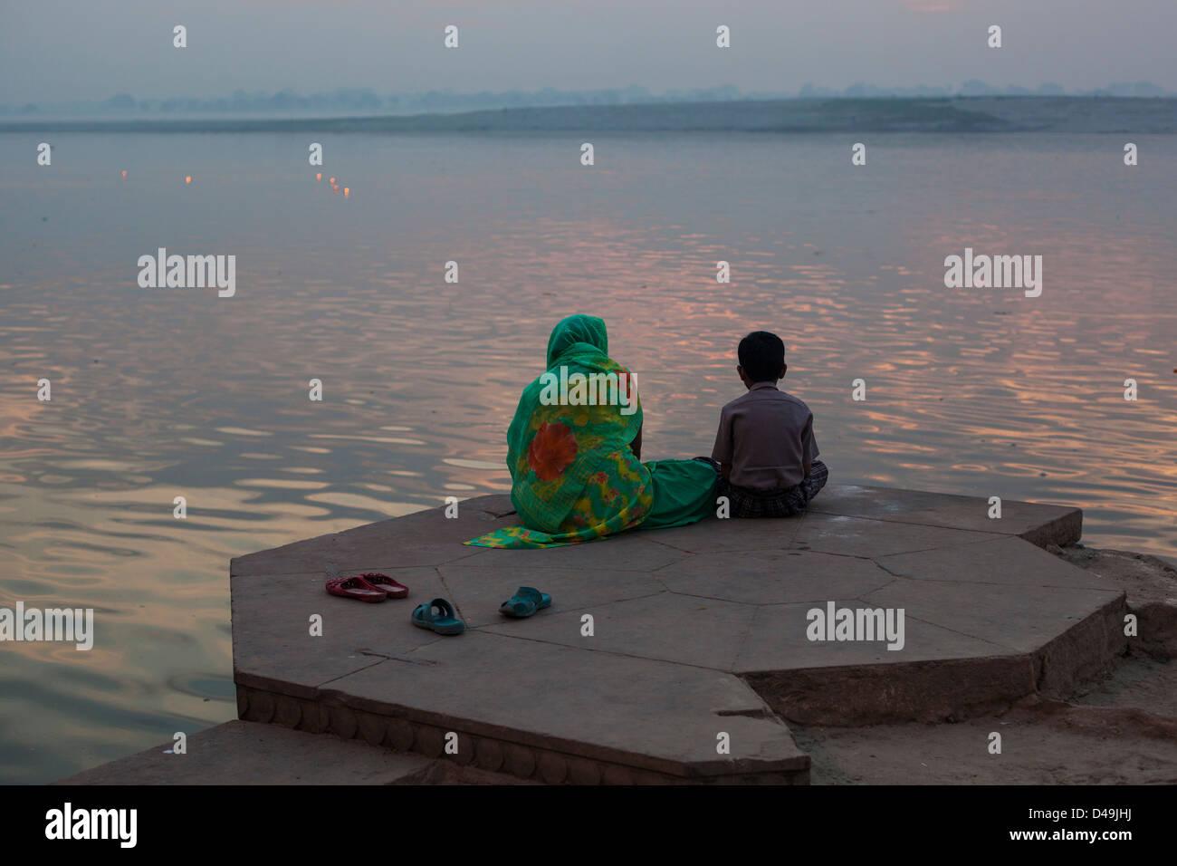 La mère et le fils de méditer à l'aube Varanasi, Inde Photo Stock