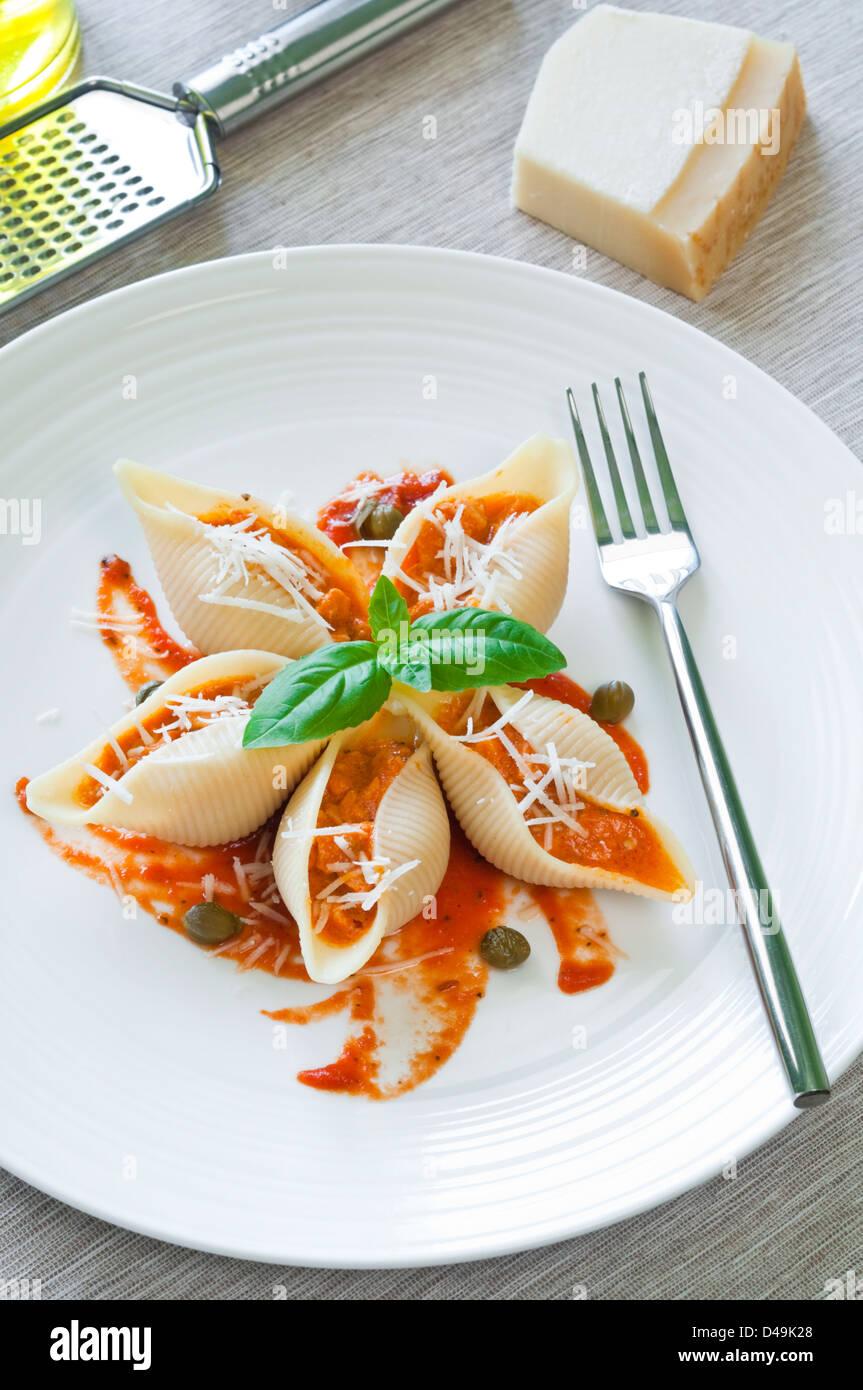 Conchiglioni Pates Farcies Avec Du Saumon A La Sauce Tomate Banque D