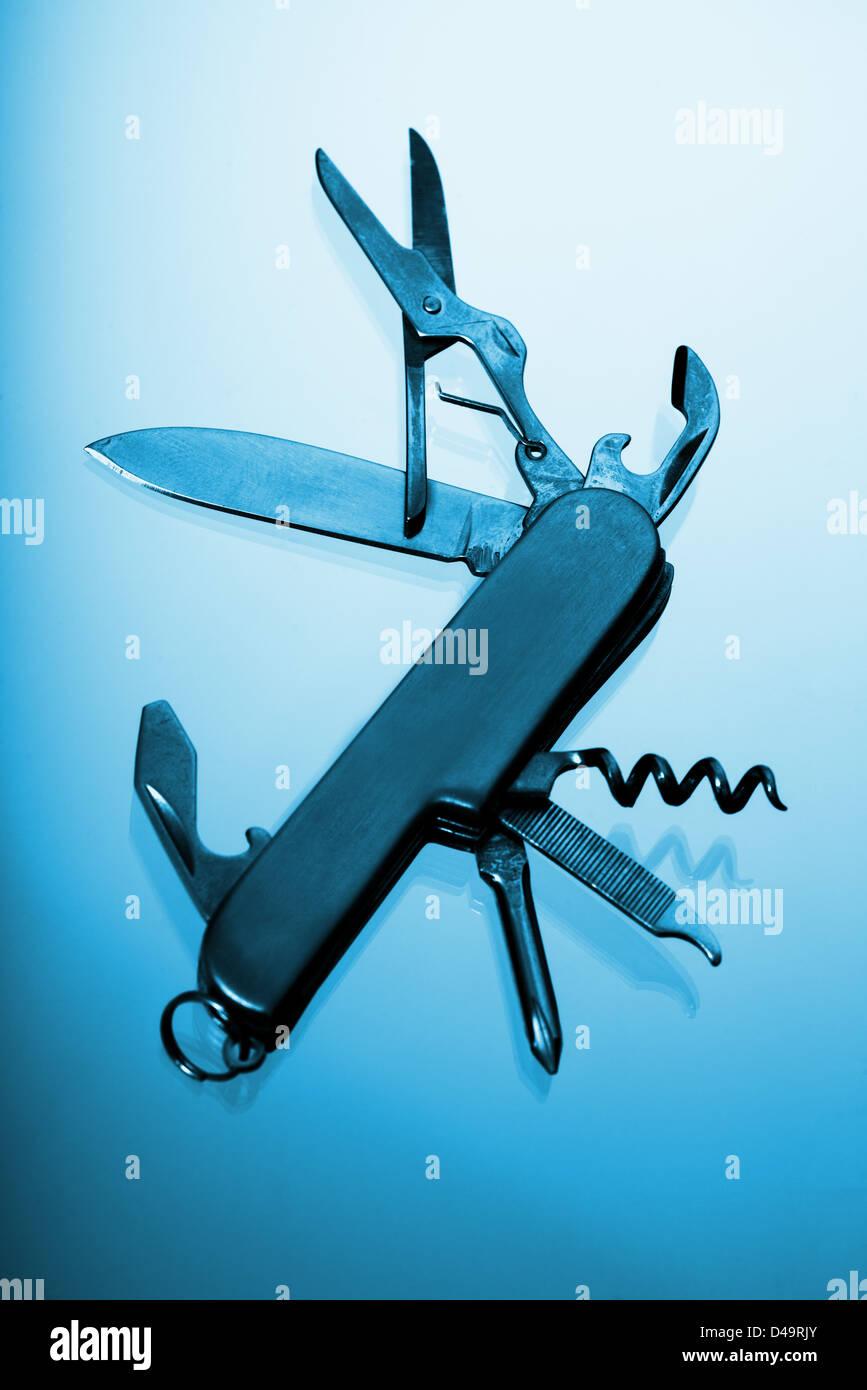 Il s'agit d'une image d'un multi tool couteau, ciseaux, tournevis, etc. Photo Stock