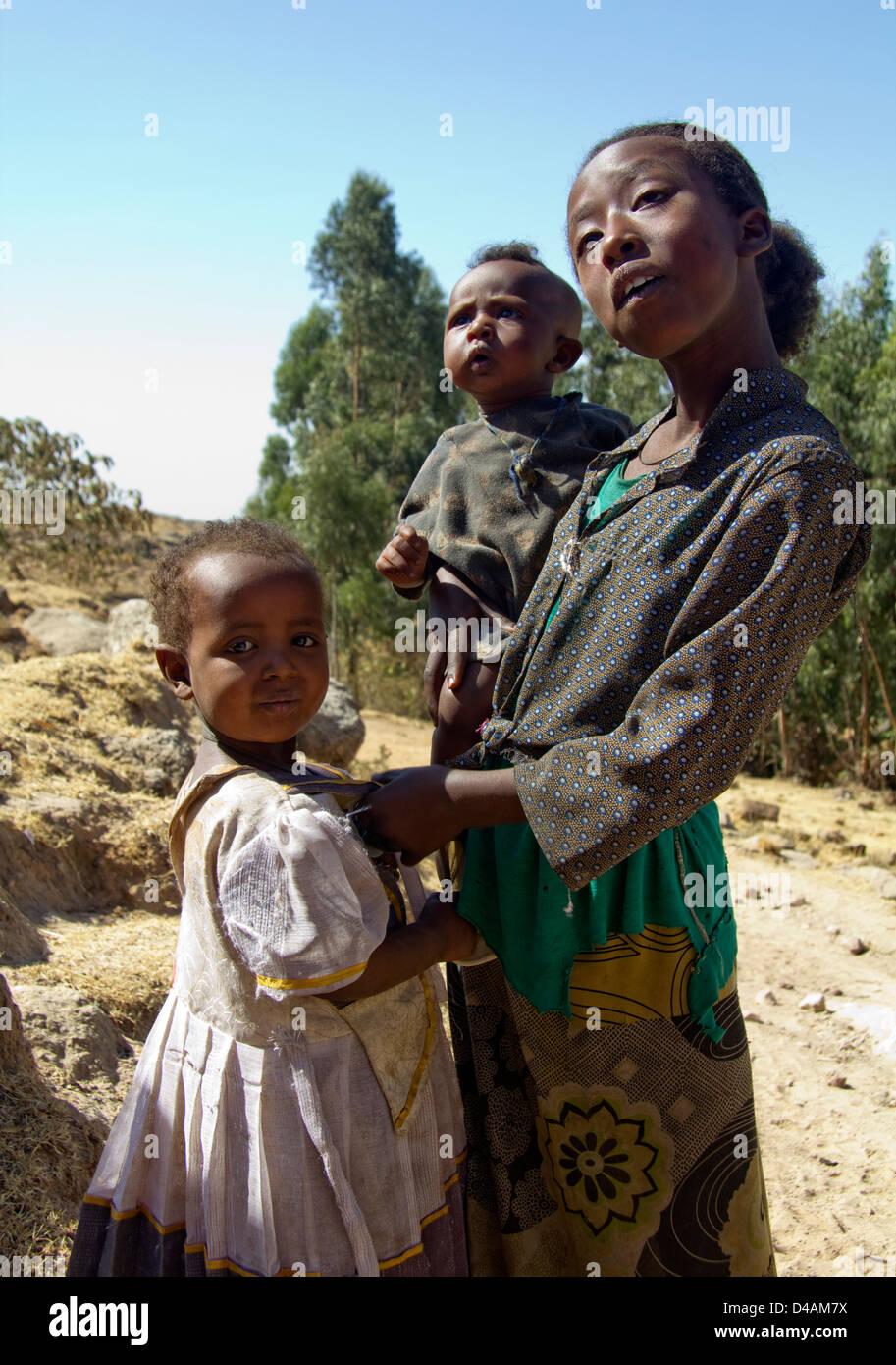Les filles africaines avec les frères et sœurs, l'Éthiopie, l'Afrique Photo Stock
