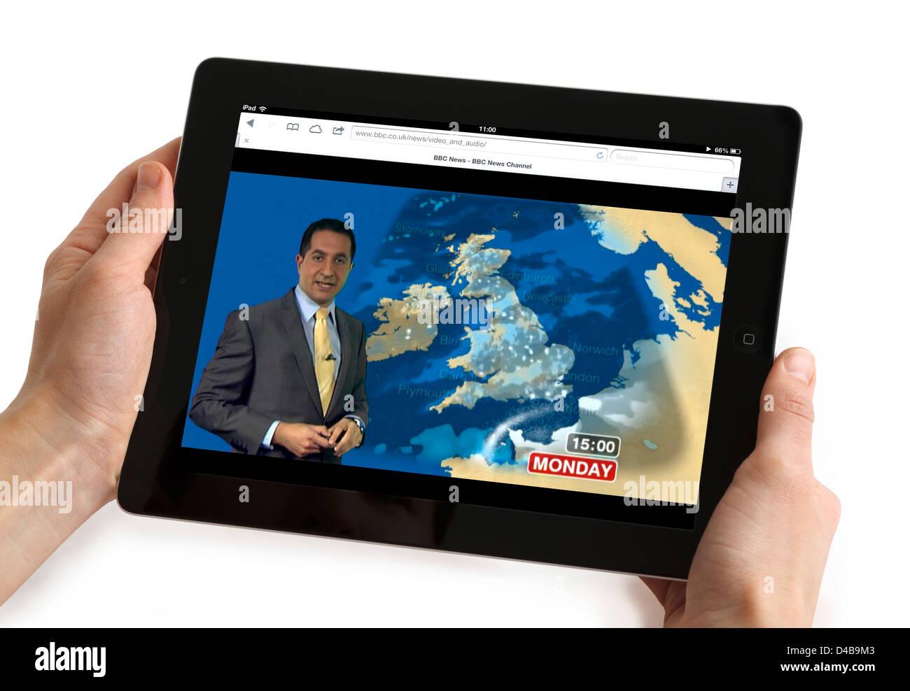 Regarder les prévisions météorologiques sur le site Web de BBC News channel sur un Apple iPad 4 Photo Stock