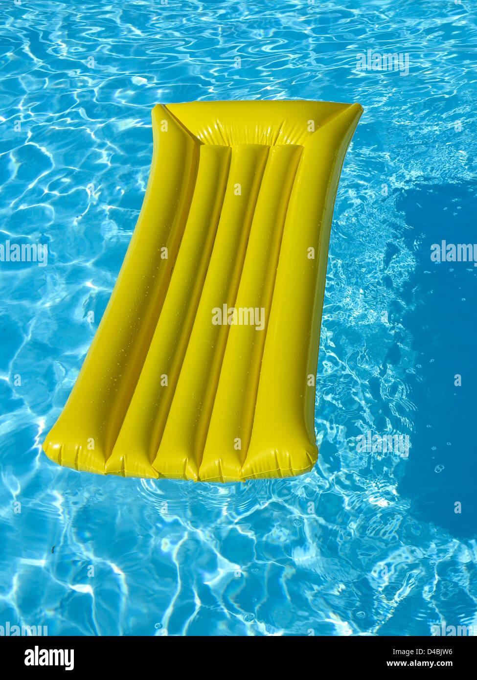 Lilo / air matelas lit gonflable dans une piscine Photo Stock