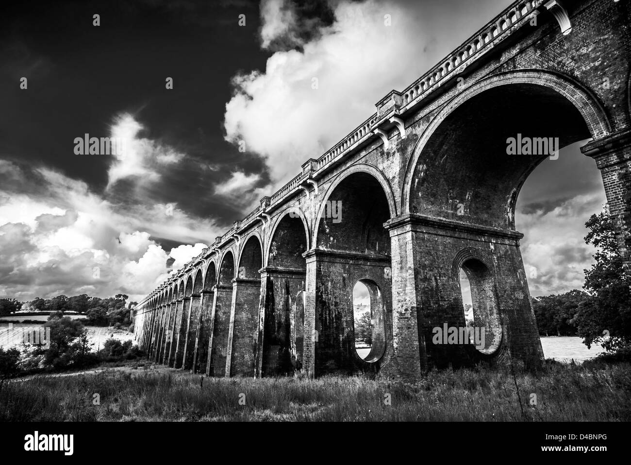 Le noir et blanc Ouse Valley Viaduct Bridge dans le West Sussex, UK Photo Stock