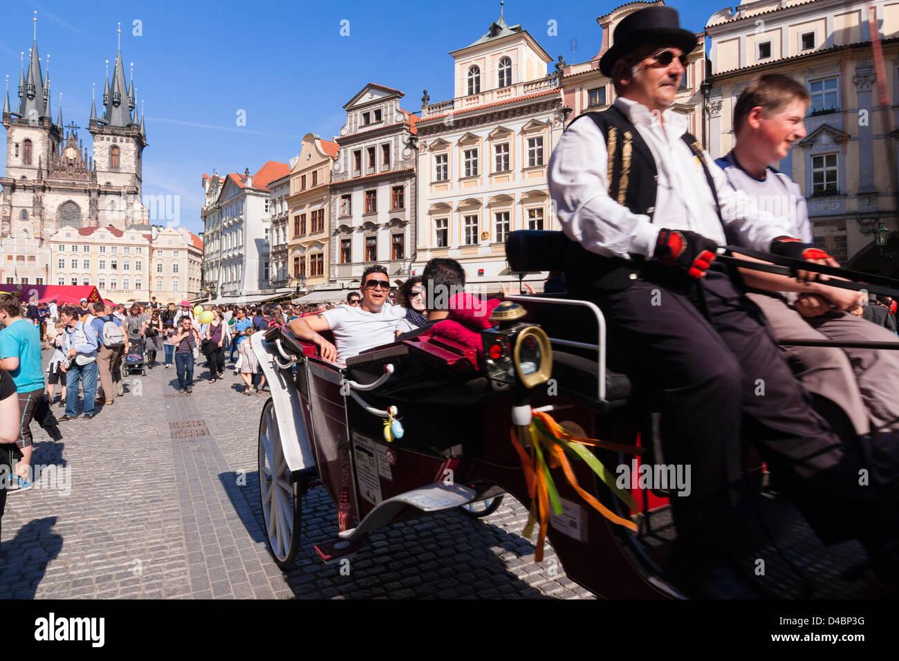 Les touristes en calèche à la place de la vieille ville. Prague, République Tchèque Photo Stock