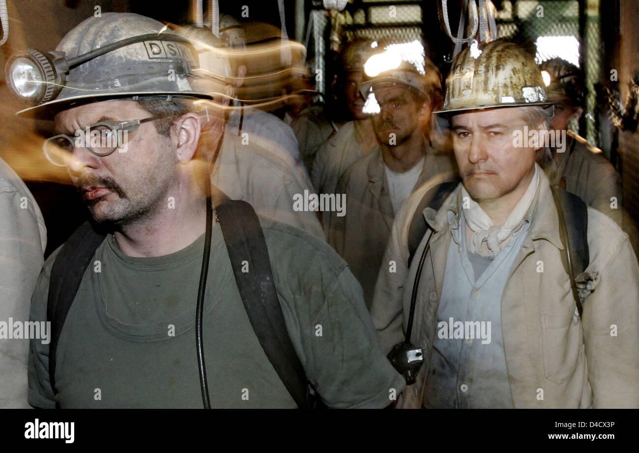 """Mineurs du 'Hit' Deutsche Steinkohle mining company étape hors de la mine de charbon à skip to teinkohlebergwerk Nordschacht """"Saar Anlage"""" près de Lebach, Allemagne, 26 février 2008. Un tremblement de terre de l'industrie minière d'atteindre 4,0 sur l'échelle de Richter a secoué' 'la Sarre le 23 février 2008. Quelques 3600 mineurs sont en congé et sera envoyé sur le chômage partiel dans les prochains jours. Photo: FRANK MAY Banque D'Images"""