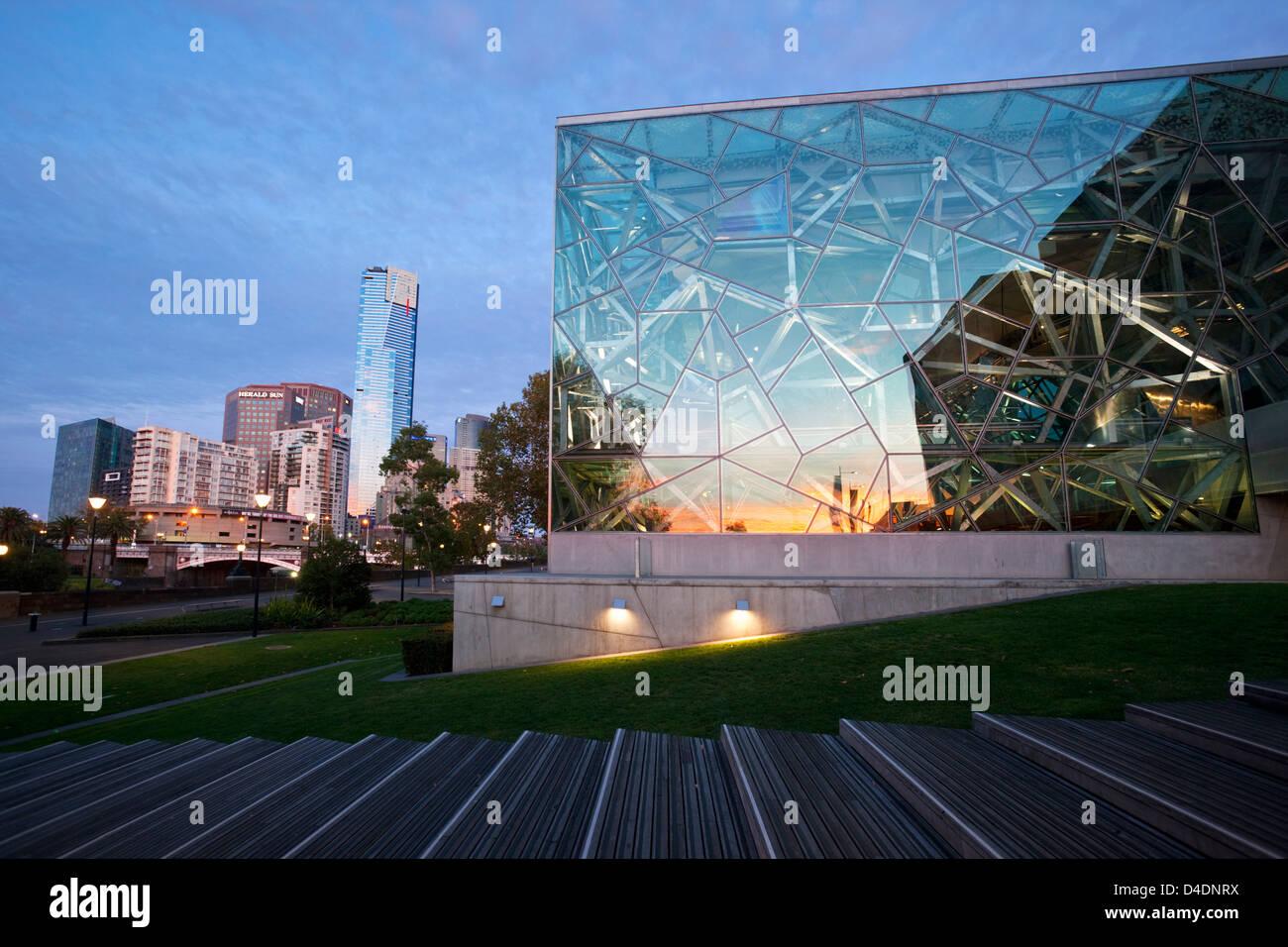 Architecture de la place de la fédération avec l'Eureka Tower et Southbank en arrière-plan. Melbourne, Photo Stock
