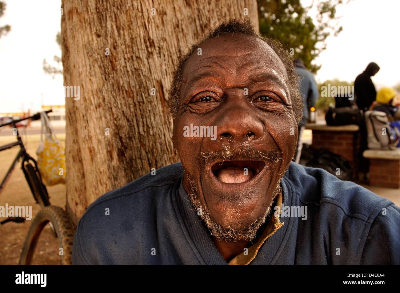 'Mitchell', un sans-abri d'un handicap mental, l'homme vit dans la rue avec son frère à Photo Stock