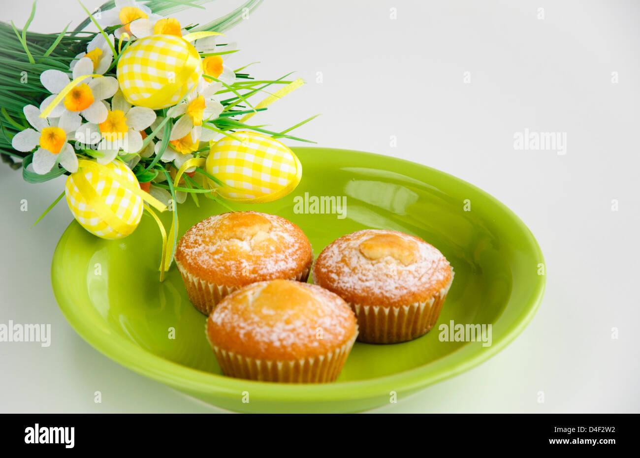 Gâteaux de Pâques avec des fleurs sur fond blanc Photo Stock