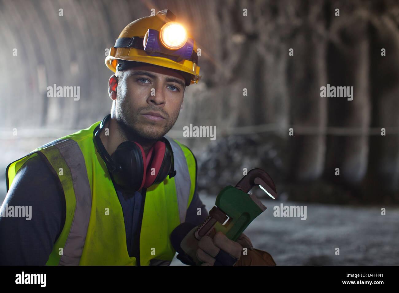 À l'aide d'une clé dans le tunnel des travailleurs Photo Stock