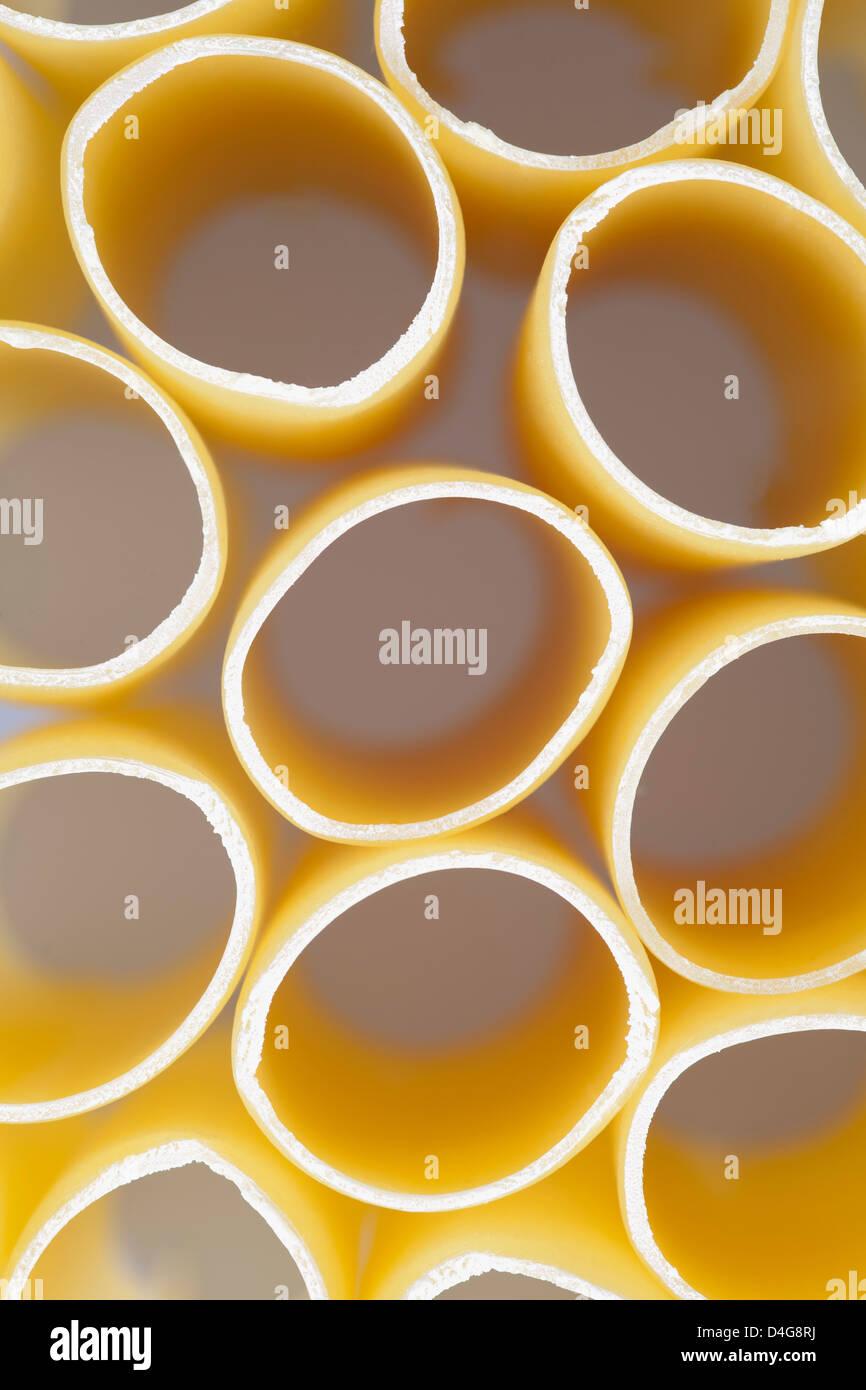 Cannellonis secs ou fond texture pâtes jaunes Photo Stock